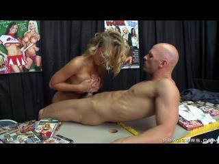 Очень красивая блонди увидила на выставке стенд порно фирмы